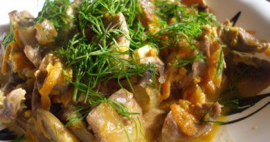 Тушеные с грибами и картофелем куриные желудочки