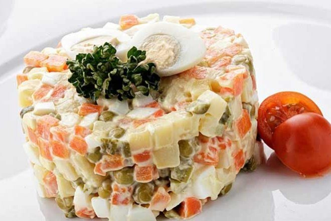 Салат «Столичный» с колбасой и маринованными огурцами
