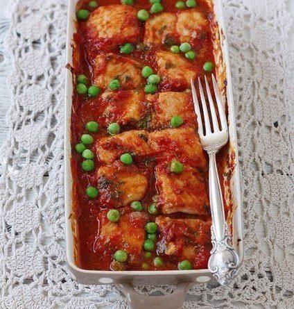 Рыбное филе под томатным соусом с базиликом и зеленым горошком