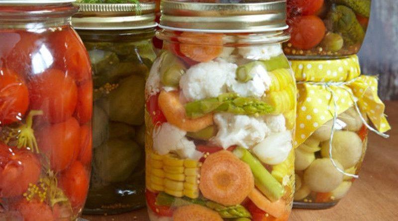 Овощное ассорти, маринованные в уксусе с пряностями