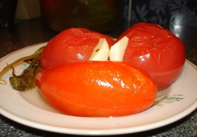 Квашеные помидоры с чесноком, хреном и семенами укропа