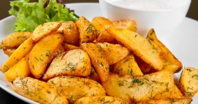 Запеченный картофель с приправами и зеленью