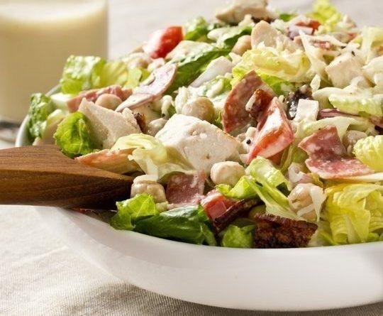 Лёгкий салат со сливочно-чесночной заправкой