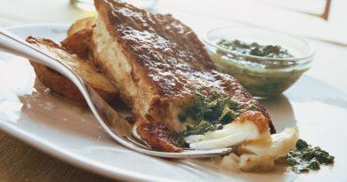 Жареная рыба с зеленым соусом чили