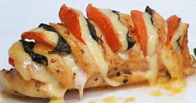Рецепт запеченной куриной грудки с сыром и помидорами