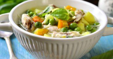 Куриный суп с лапшой и зеленым горошком