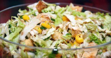 Салат из пекинской капустой, кукурузой и сухариками