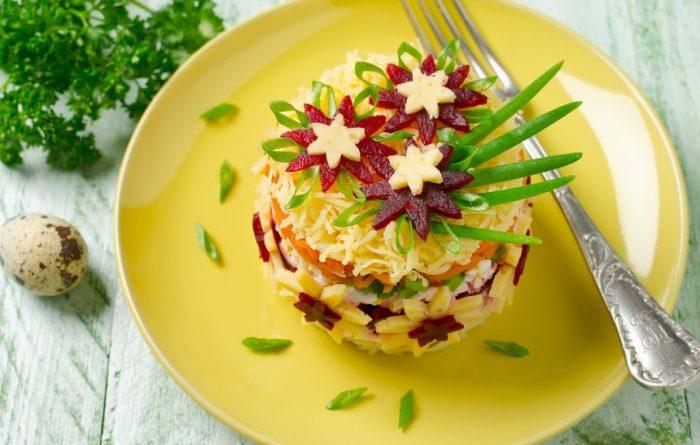 Слоеный салат из свеклы с сыром и яблоком