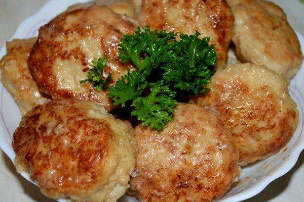 Сочные куриные котлетки с луком и сыром