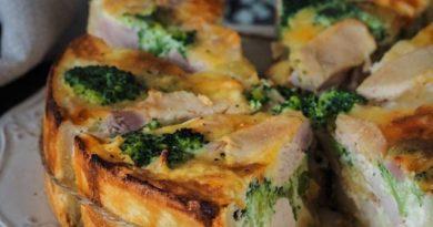 Открытый пирог с копчёной курицей и брокколи