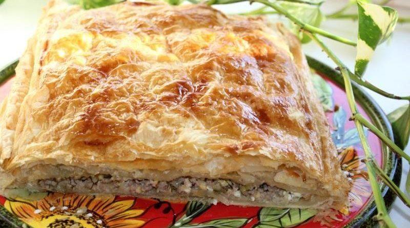 Греческий пирог из слоеного теста с фаршем