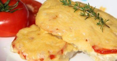 Свинина, запеченная с помидорами и сыром.