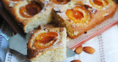 Бисквитный абрикосовый пирог.