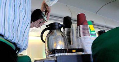 Оказалось, что чай и кофе в самолетах лучше не пить. И вот почему