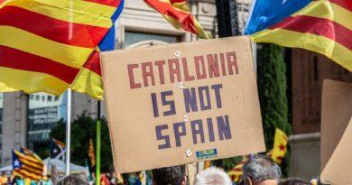 Барселона горит, туристы бегут, протестующие становятся все опаснее и злее
