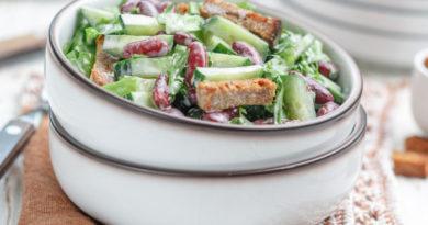 Салат из фасоли с огурцами и сухариками