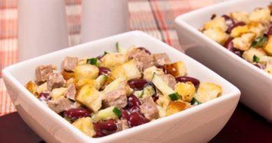 Салат с мясом, фасолью и сухариками