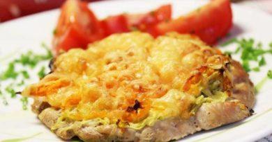 Куриные отбивные под сыром и кабачком