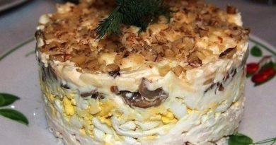 Салат с курицей, грецким орехом и грибами