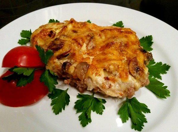 Мясо с грибами, запеченное под сыром в духовке