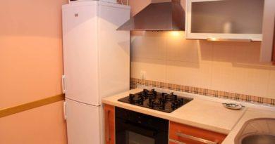 Что то делать, если холодильник стоит рядом с плитой