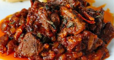 Ароматная говядина в томатном соусе с карри