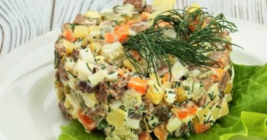 Простой салат с копченой скумбрией
