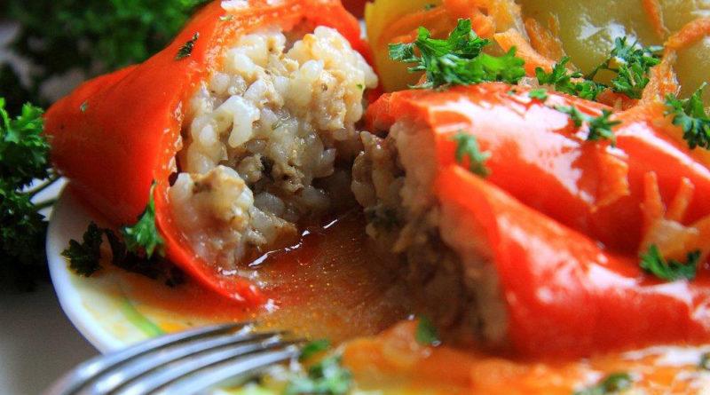 Фаршированный перец с мясом и рисом в томатном соусе