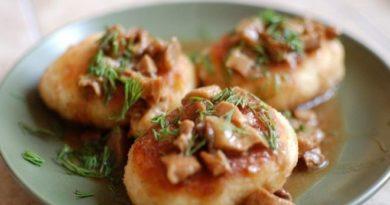 Картофельные котлеты с грибной подливой