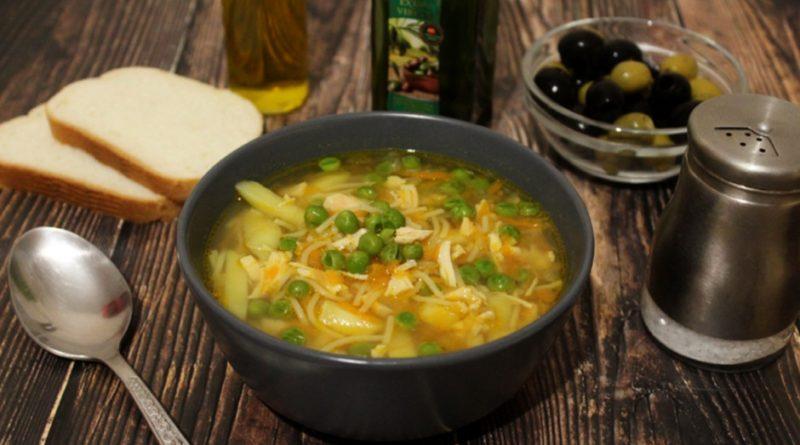 Куриный суп с вермишелью и зеленым горошком