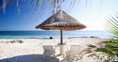5 недорогих курортов, где можно позагорать на пляже осенью