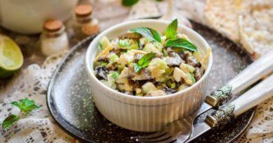 Салат с шампиньонами, свежим огурцом и сыром
