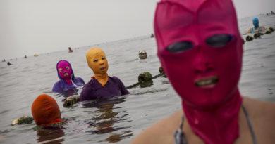 Зачем китайцы носят пугающие и странные маски на пляже