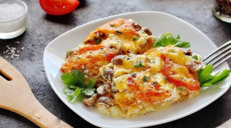 Картофельная запеканка с помидорами, грибами и луком