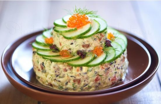 Салат с копченой неркой, черным рисом и огурцом