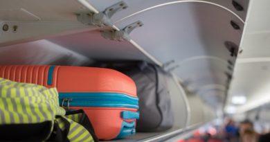 Худшее место в самолете для ручной клади