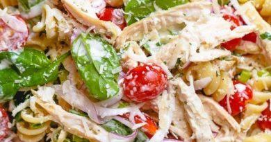 Салат с пастой, курицей и шпинатом