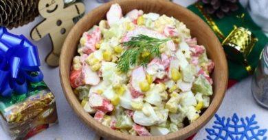 Крабовый салат с киви и кукурузой