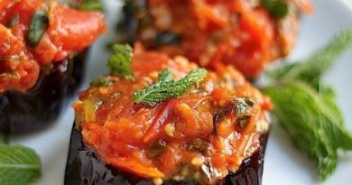 Баклажаны запеченные под соусом из свежих помидоров.