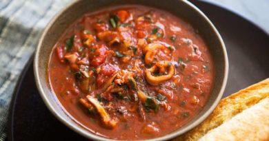 Кальмары под томатным соусом