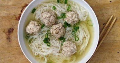 Суп с рисовой лапшой и фрикадельками