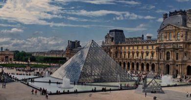 После непродолжительного закрытия Лувр снова открыт для туристов