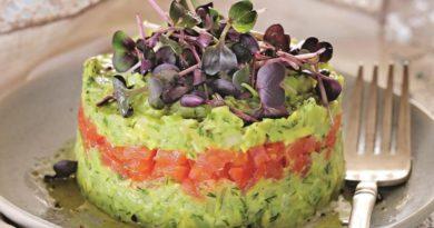Салат с лососем, авокадо и огурчиком