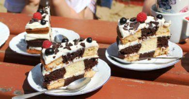 Вкусный бисквитный торт с оригинальным шахматным рисунком в середине