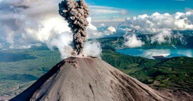Ключевской вулкан на Камчатке выбросил газ с пеплом на высоту 5,5 км