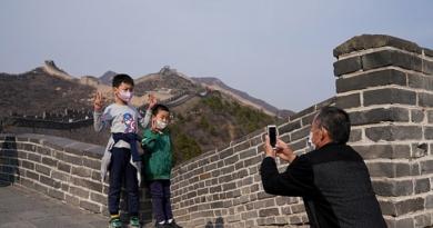 Ради эффектных фото на Великой стене китайцы готовы снять маски