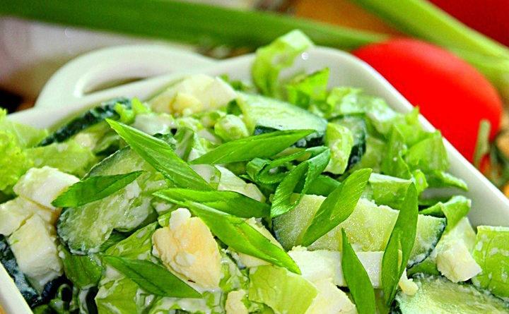 Зеленый салат с яйцами и огурцом