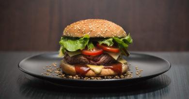 В каких странах подают бургеры с самой удивительной начинкой