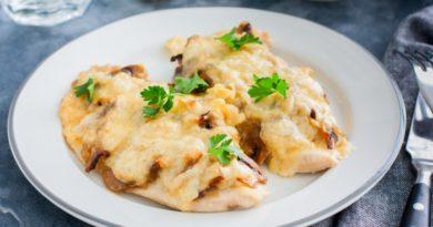 Шницели из куриного филе, запеченные с грибами и сыром