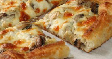 Пирог из слоеного теста с грибами и сыром